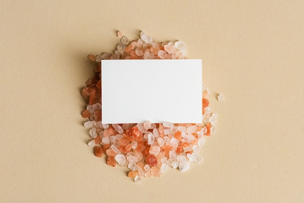 Wit visitekaartje op oranje kiezelstenen