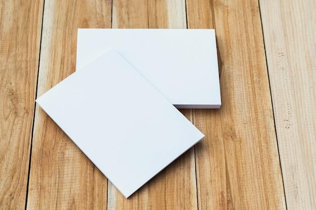 Wit visitekaartje op tafel