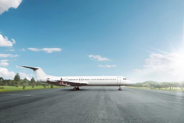 Wit vliegtuig geparkeerd op startbaan op de luchthaven