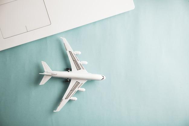 Wit vliegtuig met computertoetsenbord op bureau
