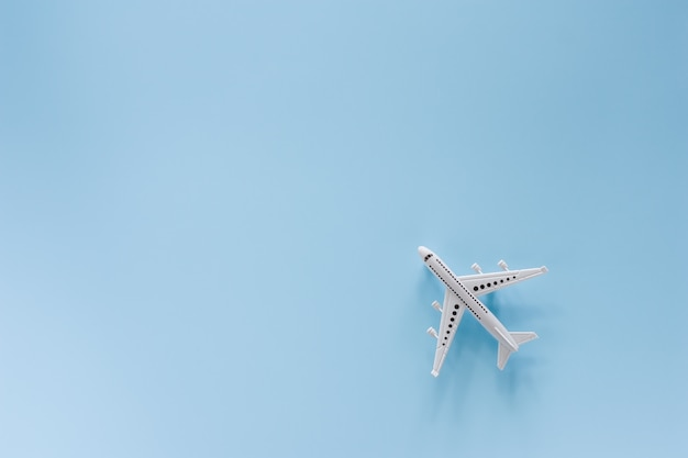 Wit vliegtuigmodel op blauwe achtergrond voor voertuig en vervoer