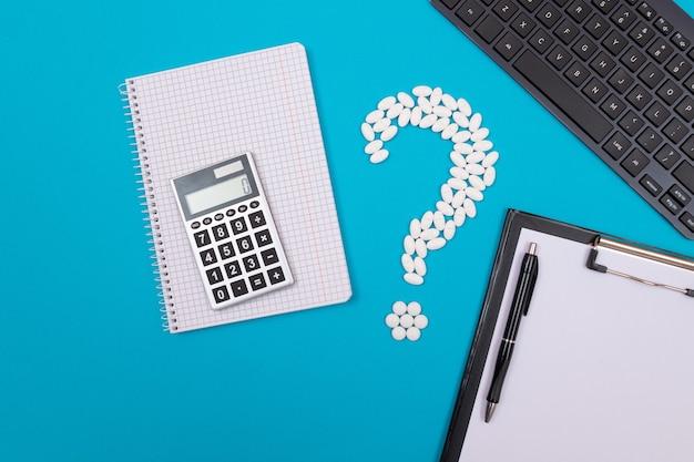 Wit vraagteken en rekenmachine farmaceutische industrie en geneesmiddelen