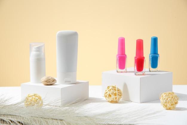 Wit witte cosmetische moisturizer tubes zonder logo en levendige kleuren nagellak