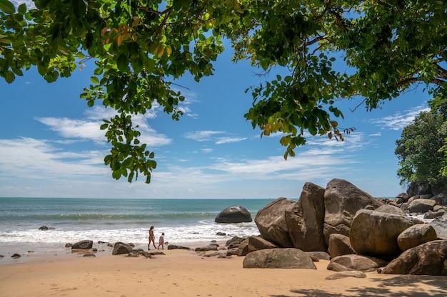 Wit zandstrand bij khaolak, phuket, thailand