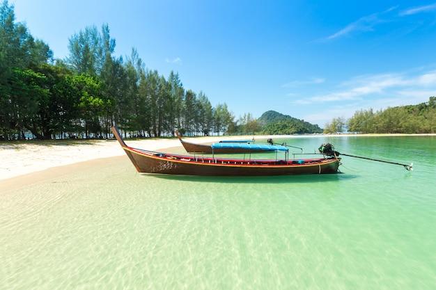 Wit zandstrand en boot met lange staart op kham-tok island