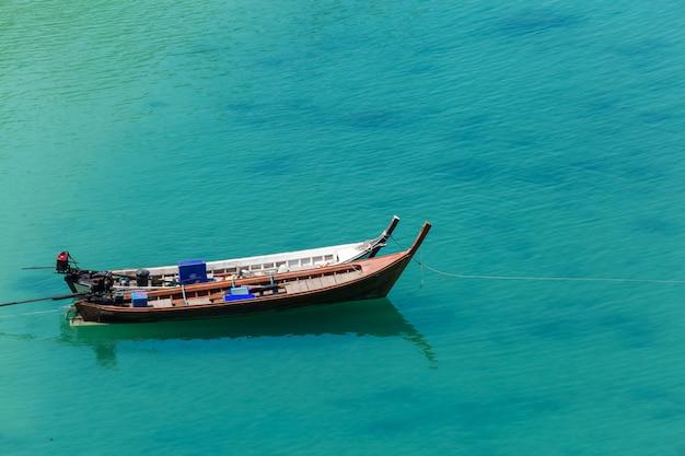 Wit zandstrand en langstaartboot op kham-tok island (koh-kam-tok), de prachtige zee ranong provincie, thailand.