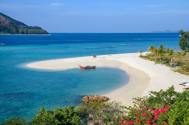 Wit zandstrand of karma-strand in tropische overzees bij lipe-eiland