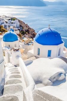 Witblauw oia-dorp op santorini-eiland, griekenland