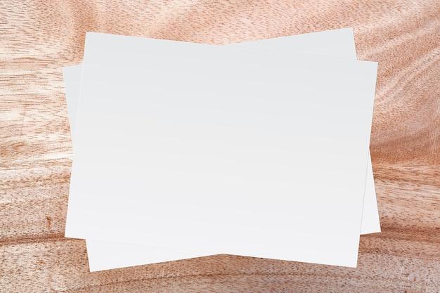 Witboek en ruimte voor tekst op bruin houten achtergrond