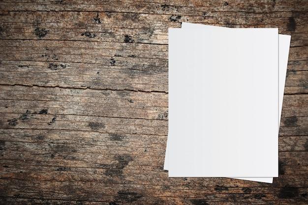 Witboek en ruimte voor tekst op oude houten achtergrond