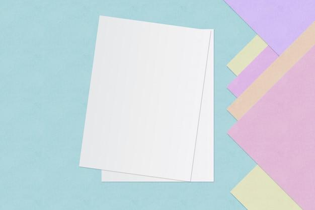 Witboek en ruimte voor tekst op pastel kleur achtergrond, minimale concept