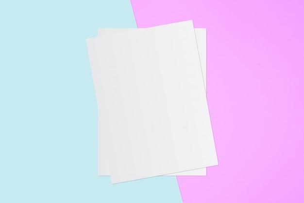 Witboek en ruimte voor tekst op pastel kleur achtergrond