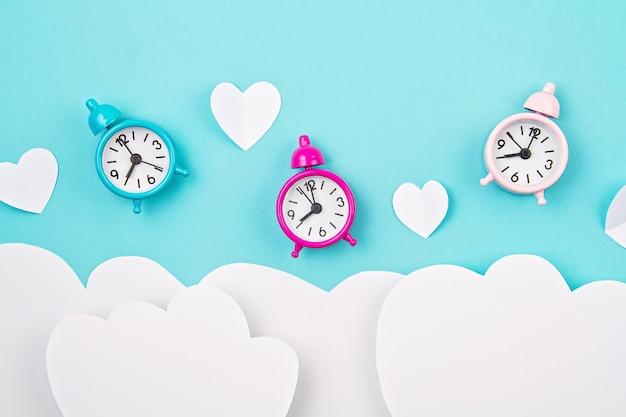 Witboek harten, wekkers en wolken. sainte valentine, moederdag, verjaardagswenskaarten, uitnodiging, vieringsconcept