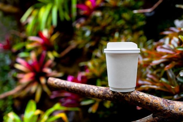 Witboek kopje koffie in de prachtige natuur