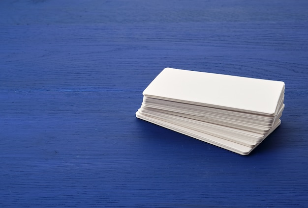 Witboek rechthoekige visitekaartjes op blauwe houten achtergrond