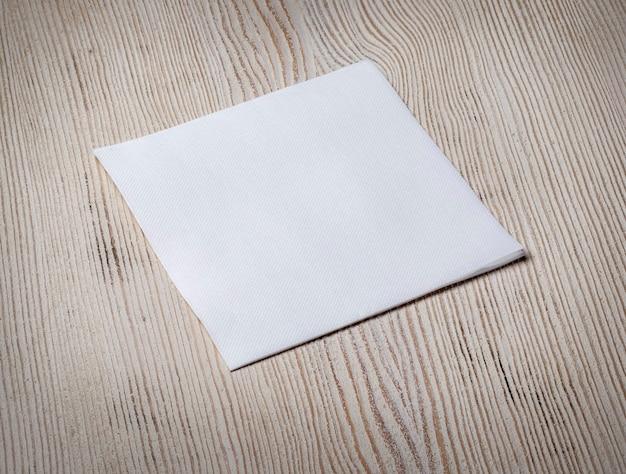 Witboek servet op oude houten tafel