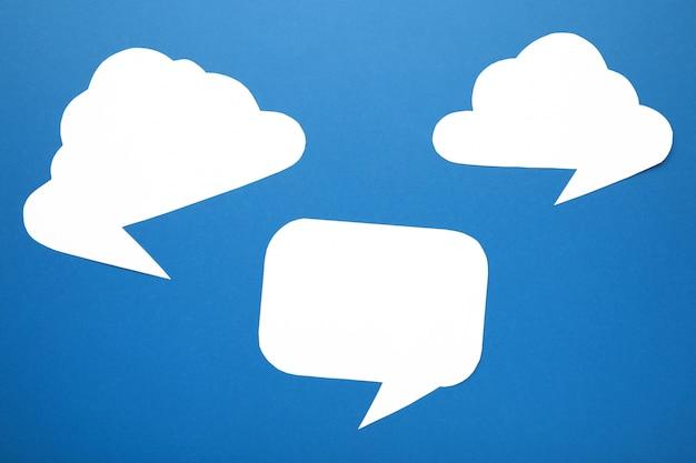 Witboek tekstballonnen op blauwe achtergrond