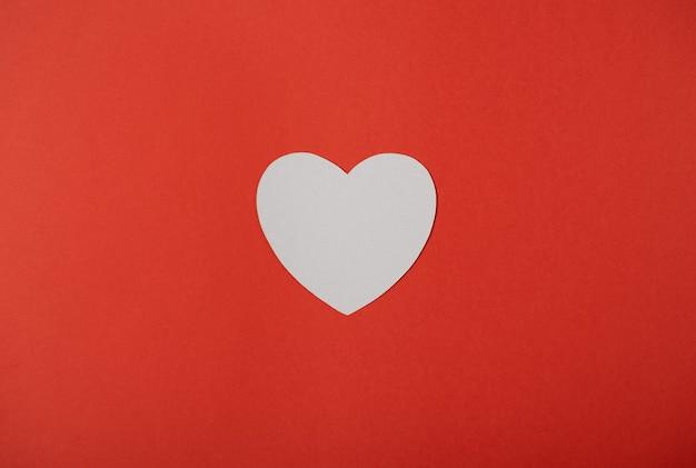 Witboekhart op rood. valentijnsdag concept. plat leggen.