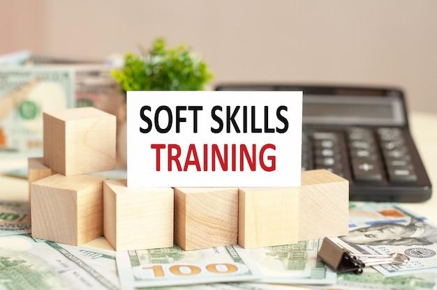 Witboekkaart met tekst soft skills training op de rekenmachine. bedrijfsconcept.