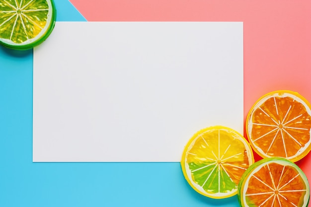 Witboekkader met citroenplak op roze en blauwe pastelkleurenachtergrond