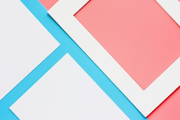 Witboekkader op roze-blauwe pastelkleurenachtergrond. plat leggen en bovenaanzicht.