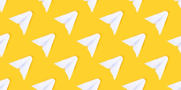Witboekvliegtuig op een gele achtergrond. concept