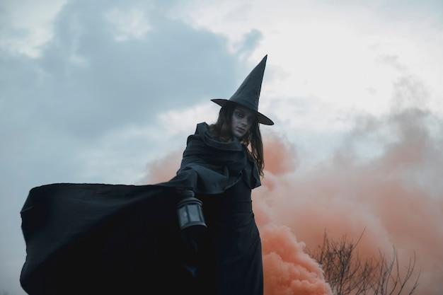 Witchy kleding man met lantaarn laag uitzicht