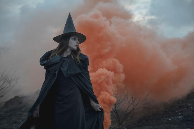Witchy kleding man met lantaarn wegkijken