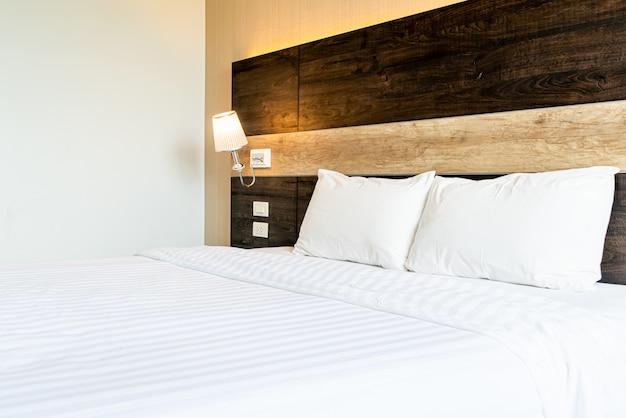 Wite comfortabele kussens op groot bed