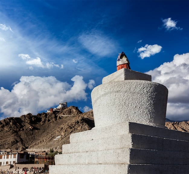 Witgekalkte chorten in leh, ladakh, india