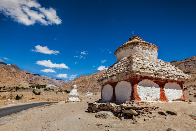 Witgekalkte chortens in de buurt van het likir-klooster