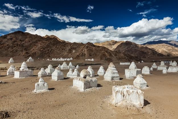 Witgekalkte chortens tibetaanse boeddhistische stoepa's. nubra-vallei, ladakh, india