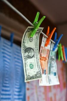Witgewassen geld wordt op het balkon gedroogd