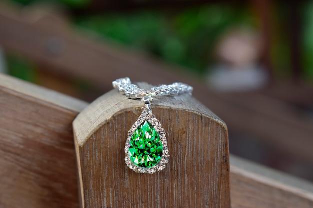 Witgouden ketting bezet met smaragd omringd door diamanten