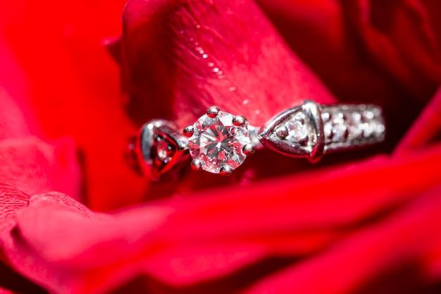 Witgouden ring met diamanten in rode rozenblaadjes