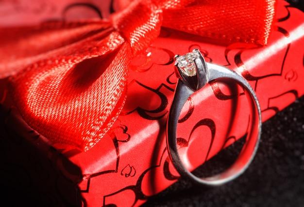 Witgouden ring op de rode doos. macro foto
