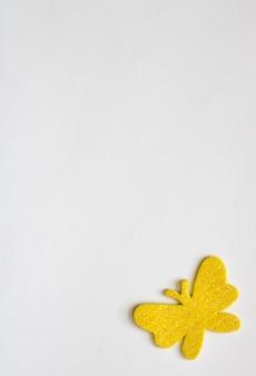 Witte achtergrond met gele geïsoleerde vlinder, vrije tekstruimte