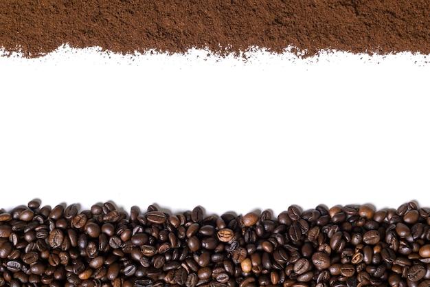 Witte achtergrond met koffiebonen en gemalen koffie aan de zijkant. bovenaanzicht. stilleven. ruimte kopiëren. plat leggen.