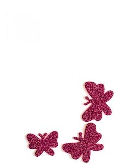 Witte achtergrond met rode geïsoleerde vlinder, vrije tekstruimte
