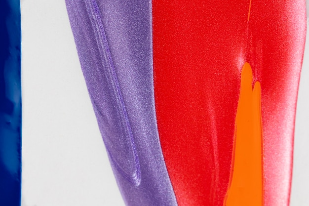 Witte achtergrond met rode, paarse en blauwe verf