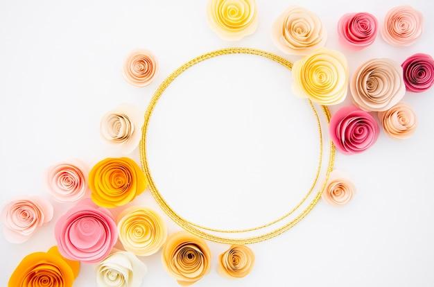 Witte achtergrond met ronde papieren bloemen frame
