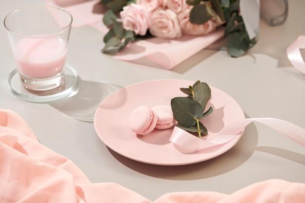 Witte achtergrond met roze en witte voorwerpen
