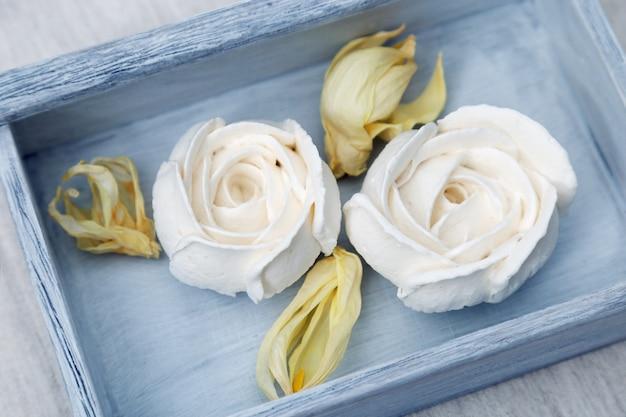 Witte appel marshmallow in de vorm van bloemen