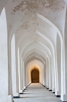Witte arabische bogen in de kolon-moskee. bukhara. oezbekistan. centraal-azië.
