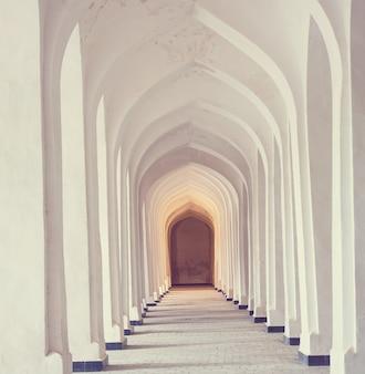Witte arabische bogen in de kolon-moskee. bukhara. oezbekistan. oost-azië.