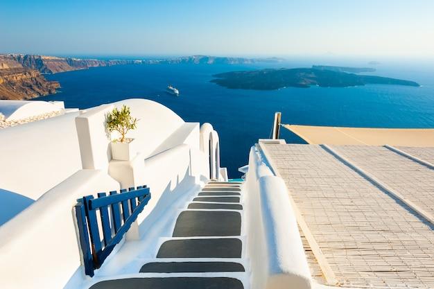 Witte architectuur en blauwe zee op het eiland santorini, griekenland trap naar de zee
