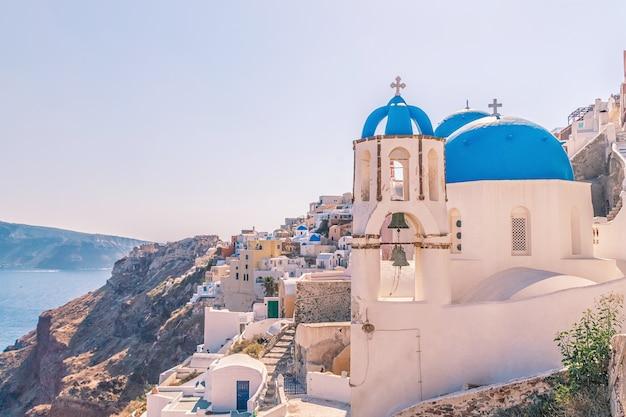 Witte architectuur van het dorp oia op het eiland santorini, griekenland.