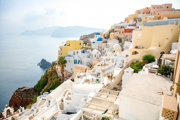 Witte architectuur van oia dorp op santorini eiland, griekenland