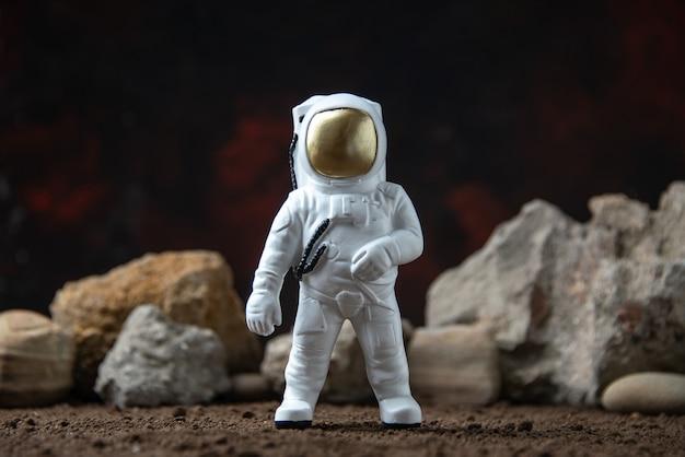 Witte astronaut met rotsen op maan donkere fantasie kosmische sci fi