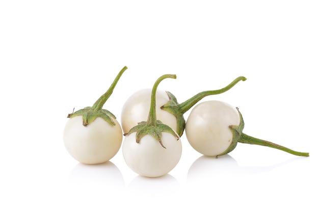 Witte aubergine op witte achtergrond